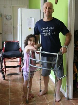 Graças a tratamento, Leandro conseguiu usar o andador (Foto: Felipe Truda/G1)