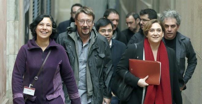 Los líderes de Barcelona en Comú, Ada Colau (2d) y Xavier Domènech (2i), a su llegada a la rueda de prensa que ha ofrecido hoy su formación para hacer balance del 2015 y comentar el contexto político actual. EFE/Andreu Dalmau