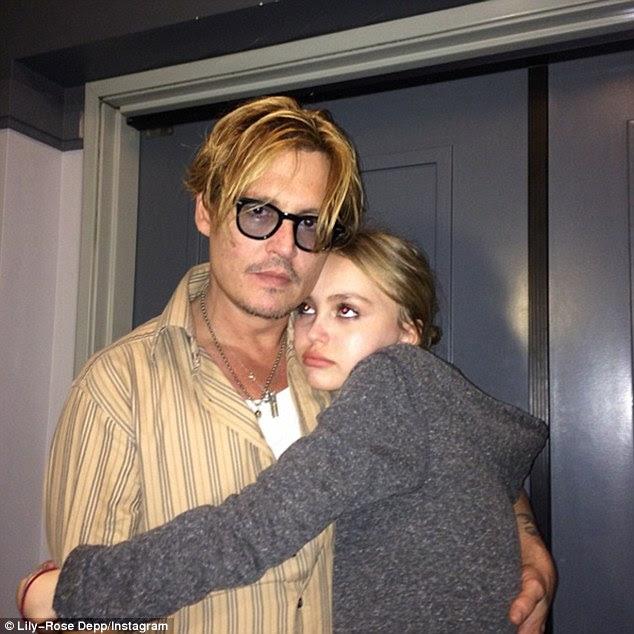 """""""Para ser honesto, estou muito preocupado ': Johnny Depp revelou que ele está preocupado com sua filha adolescente carreira em movimento rápido de Lily-Rose no cinema e na moda"""