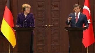El primer ministre turc, Ahmet Davutoglu, i la cancellera alemanya, Angela Merkel, durant la compareixença informativa a Ankara (Reuters)