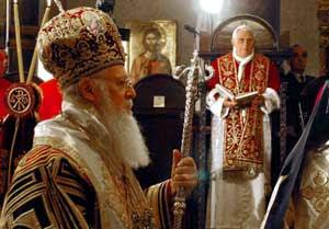 Benedicto XVI y el patriarca ecuménico Bartolomé I durante la divina liturgia bizantina en la iglesia patriarcal de San Jorge en El Fanar, Estambul, el 30 de noviembre de 2006
