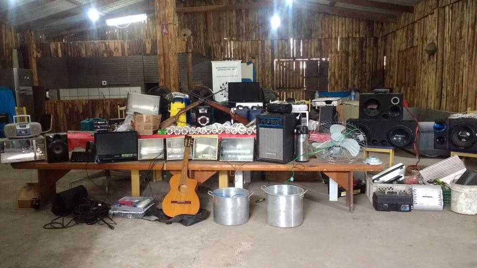 Dezenas de materiais e equipamentos foram apreendidos no bar e na casa do comerciante (Foto: Polícia Civil/Divulgação)