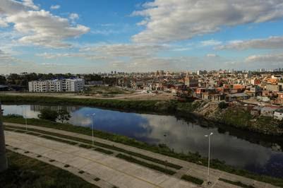 Villa 21-24. Es uno de los asentamientos más expuestos a la contaminación y las enfermedades. Muchas de las casas están construidas casi sobre el curso de agua. Foto: Mario Quinteros
