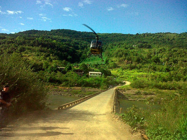 Helicóptero ajuda nas buscas aos reféns na região (Foto: Guilherme Pulita/RBS TV)