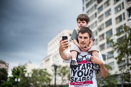 Rafael Noris, 23, e seu filho Miguel, 2, em Campinas