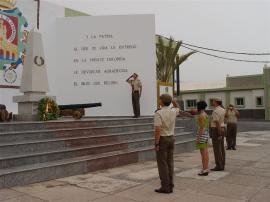 La viuda del sargento 1º participa en el homenaje