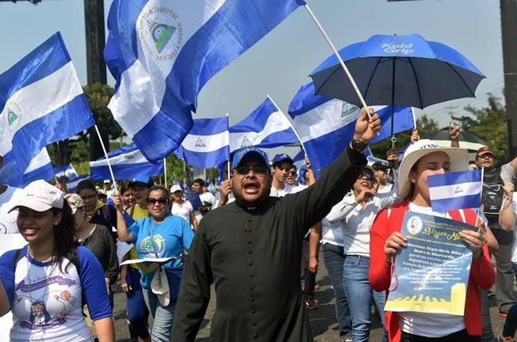Las personas participan en una misa para exigir el fin de la violencia en Nicaragua.(AFP).