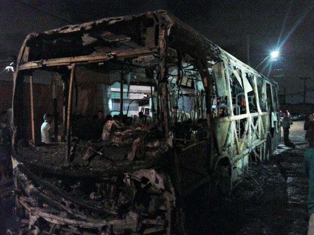Ônibus é incendiado no Bairro Parque São Vicente, em Fortaleza (Foto: André Alencar/ TV Verdes Mares)