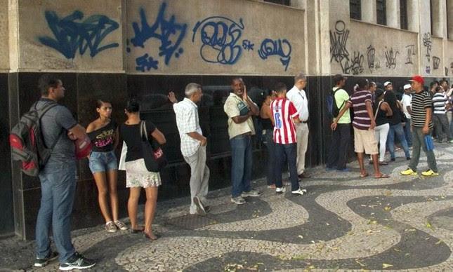 No Centro do Rio, fila no Ministério do Trabalho para pedir seguro-desemprego  (Foto: Adriana Lorete / Agência O Globo )