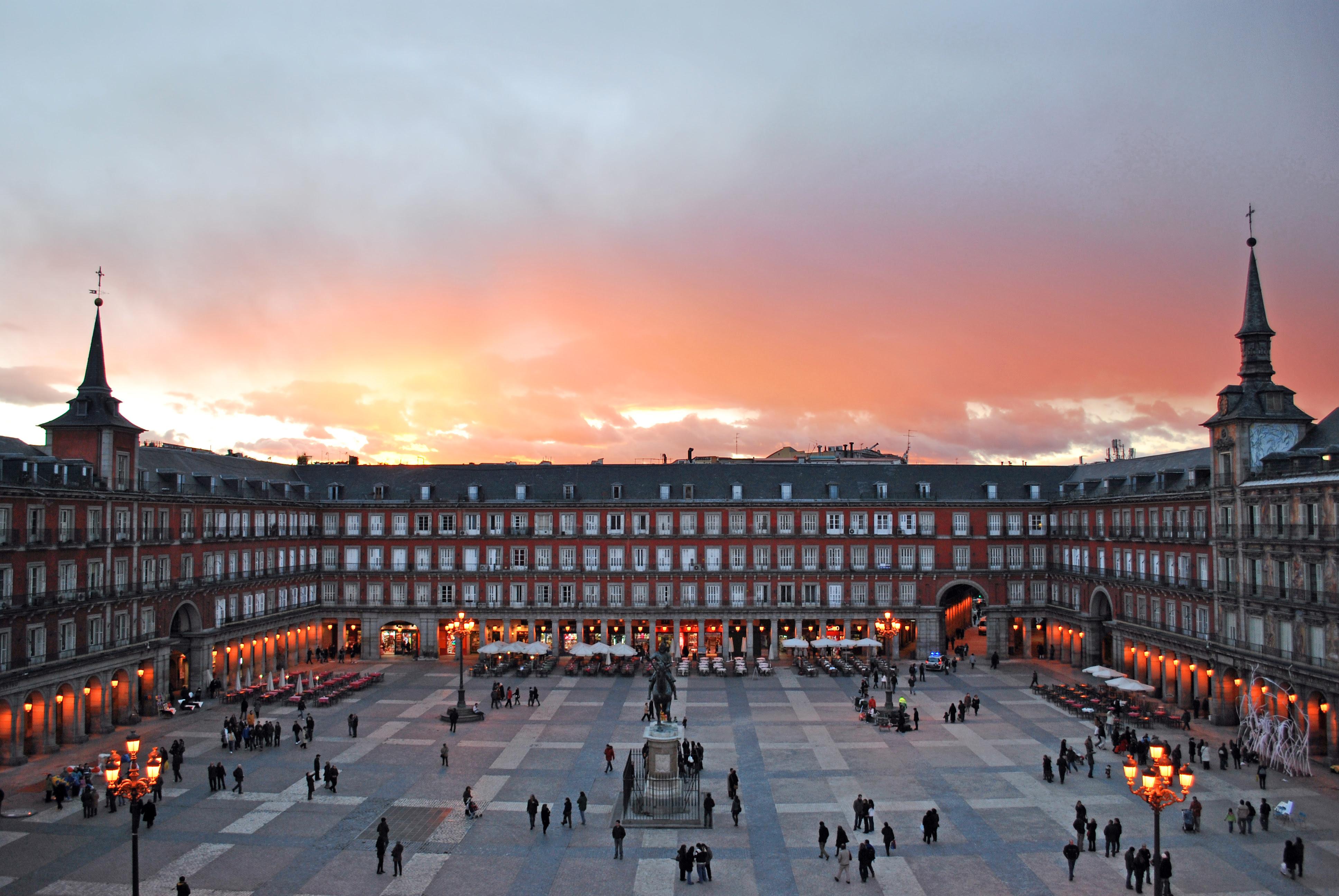 http://upload.wikimedia.org/wikipedia/commons/b/bb/Plaza_Mayor_de_Madrid_02.jpg