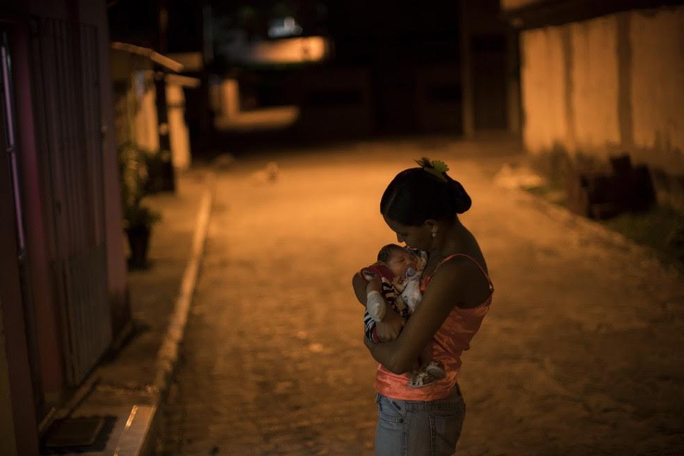 Mãe e bebê com microcefalia em Recife, Pernambuco (Foto: Felipe Dana/AP Photo)