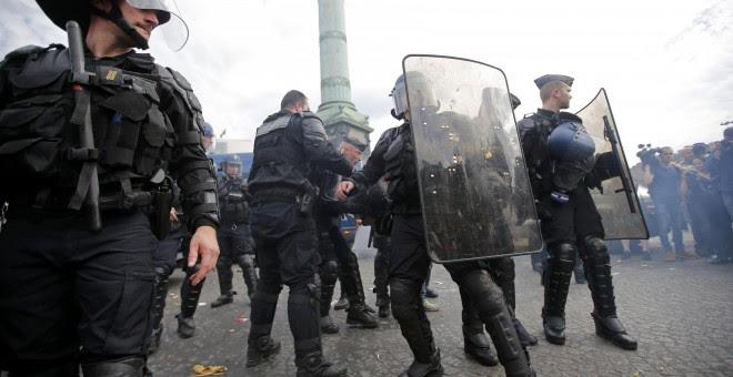 Agentes antidisturbios se llevan a un manifestante detenido. - REUTERS