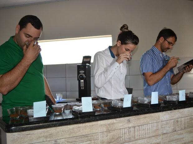 Em Cacoal, três provadores oficiais de café avaliaram os grãos nesta quinta-feira (18) (Foto: Magda Oliveira/G1)