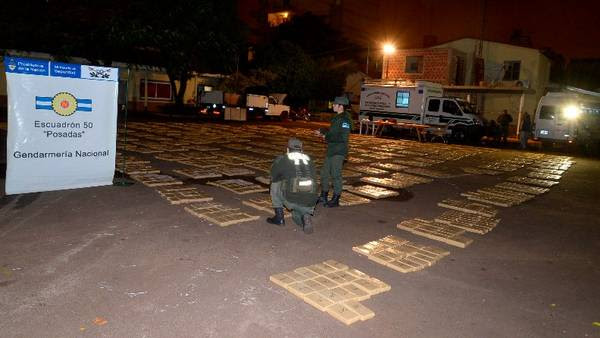 Gendarmería incautó 3 toneladas de marihuana ocultos en Posadas.