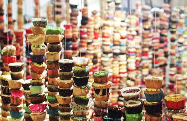 perierga.gr - Πύργοι από χιλιάδες πολύχρωμα... cupcakes!