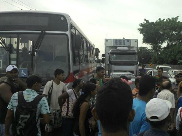 Manifestação de passageiros em Senador Guiomard (Foto: Tiago Teles/Arquivo Pessoal)