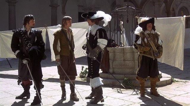 """Escena de la película """"Los tres mosqueteros"""" (1973) en el Hospital Tavera, de Richard Lester, protagonizada por Oliver Reed, Raquel Welch, Richard Chamberlain, y Michael York."""