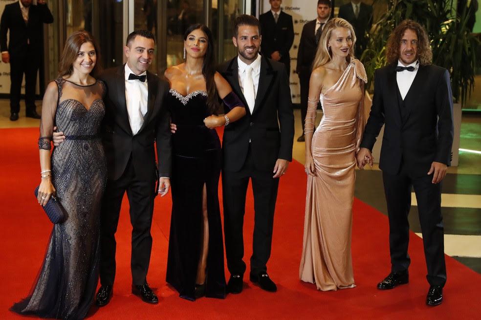 Xavi, Fàbregas e Puyol chegam com suas esposas ao casamento de Messi (Foto: EFE)