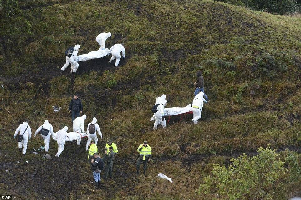 Equipes de resgate nesta manhã continuou a tarefa desagradável de corpos remoção do local do acidente nas montanhas da Colômbia