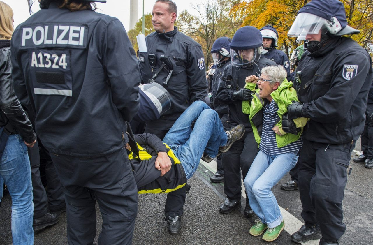 The counter-demonstration turns violent (JOHN MACDOUGALL/AFP/Getty Images)
