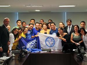 Presidenta Dilma Rousseff posa para foto durante encontro com representantes da União Nacional dos Estudantes (UNE) e da União Brasileira dos Estudantes Secundaristas (UBES) no Palácio do Planalto  (Foto: Roberto Stuckert / PR)