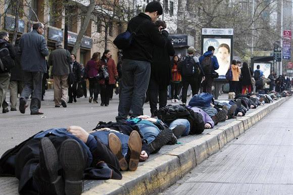Varios transeúntes se vieron sorprendidos por la inusual manifestación pacífica  Foto: AFP