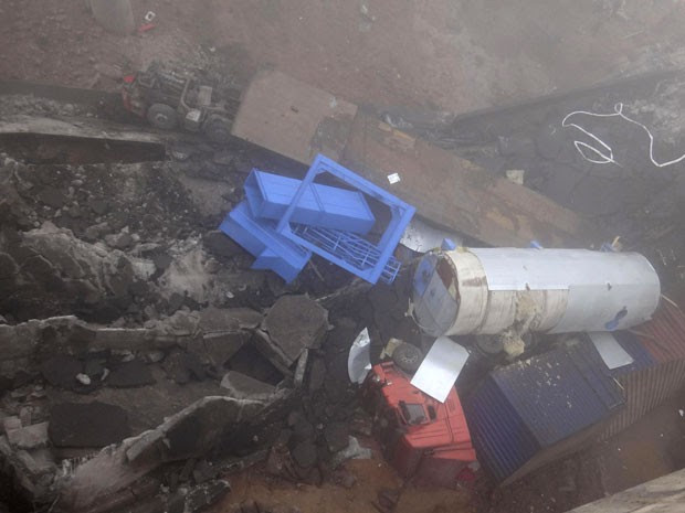 Carrocerias de caminhões e destroços da ponte são fotografados após explosão (Foto: Reuters)