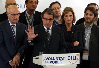 El candidato de CiU a la presidencia de la Generalitat, Artur Mas, en un momento de su comparecencia donde ha valorado los 50 escaños conseguidos, con el 99% escrutado, en las elecciones autonómicas 2012. EFE/Alberto Estévez