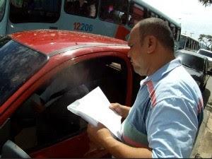homem distribui currículo (Foto: TV Verdes Mares/ Reprodução)