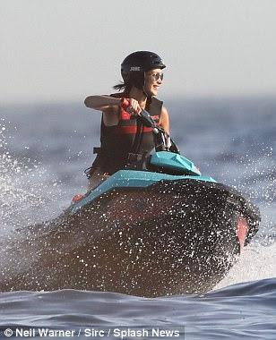 Indo para ele: Bella foi visto pulando em um jet ski para um pouco de diversão mais tarde no dia