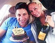 Mark Weinberger con un'amica in aereo, in una foto di alcuni anni fa