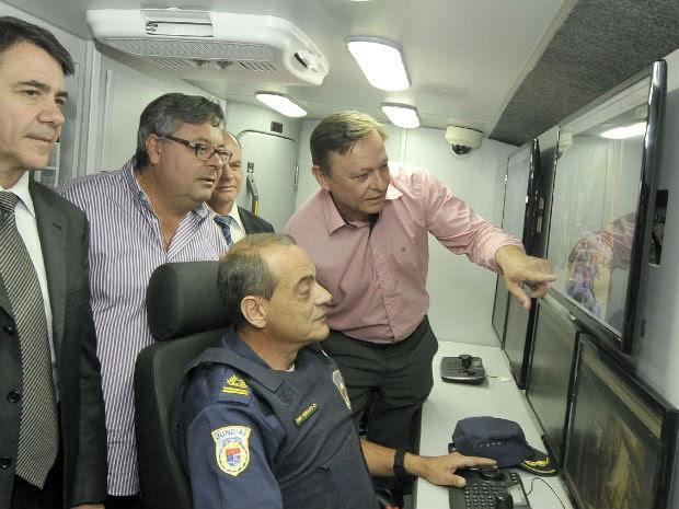 Prefeito conhece estrutura do micro-ônibus: reforço (Foto: Paulo Grégio)