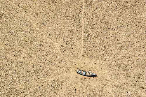 Lago completamente seco durante a estiagem de 2005, uma das mais graves da história (Daniel Beltra/Greenpeace - 26/10/05)