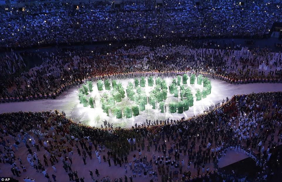 anéis olímpicos são formados com caixas de sementes germinação durante a cerimônia - outro aceno para o foco deste ano sobre as alterações climáticas