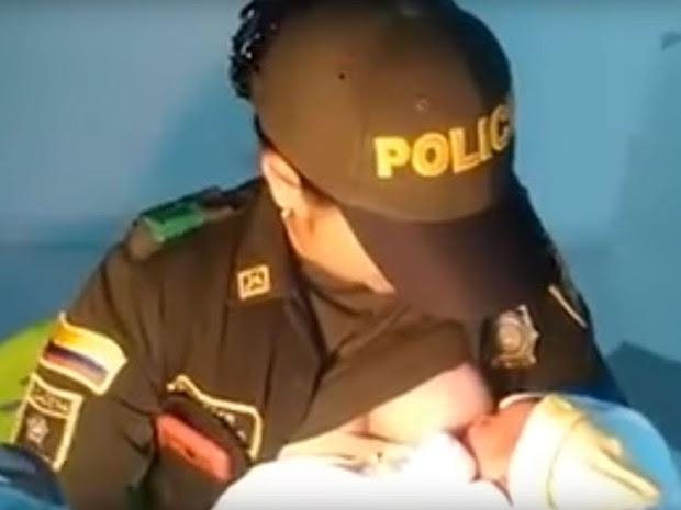 A policial Luisa Fernanda Urrea amamenta recém-nascida abandonada em Tuluá, na Colômbia (Foto: Reprodução/Youtube/Cotidiano)