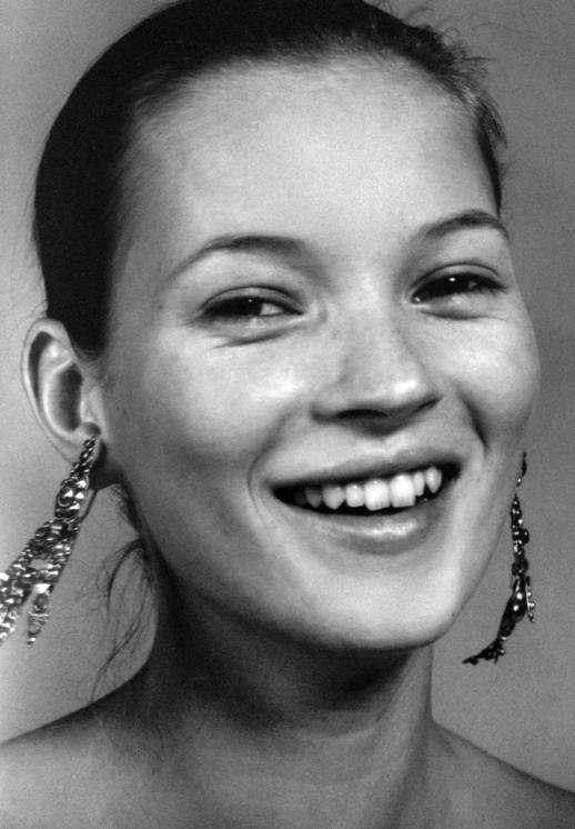 LE FASHION BLOG KATE MOSS VOGUE UK CRAIG MCDEAN SMILE DROP CHANDELIER EARRINGS NATURAL BEAUTY BLACK AND WHITE PORTRAIT 1997
