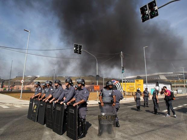 Integrantes do Movimento dos Trabalhadores Sem Teto(MTST) bloqueiam a Radial Leste, próximo à Arena Corinthians, na zona leste da capital paulista (Foto: Werther Santana/Estadão Conteúdo)