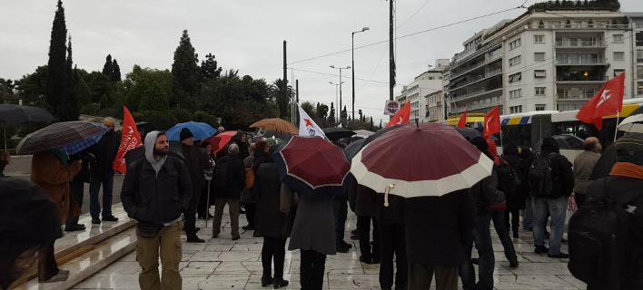 «Οχι στα κοράκια»- Διαμαρτυρία στο Σύνταγμα κατά των πλειστηριασμών [εικόνες]