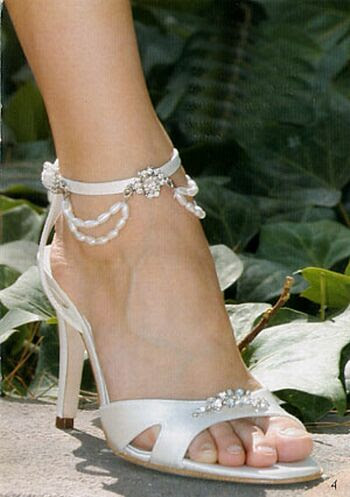 http://elizenrobin.files.wordpress.com/2007/12/bridal_shoes_wedding_shoes_d3.jpg