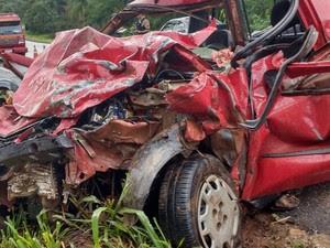 Carro foi atingido na frente e na traseira, durante o acidente (Foto: Corpo de Bombeiros/Divulgação)