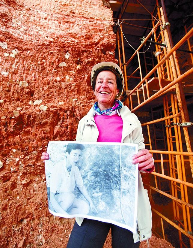 Aurora Martín posa con su foto del día después de los hallazgos ante el punto de Gran Dolina donde se encontró el primer diente de Homo Antecessor el 8 de julio de 1994.  Jesús J. Matías