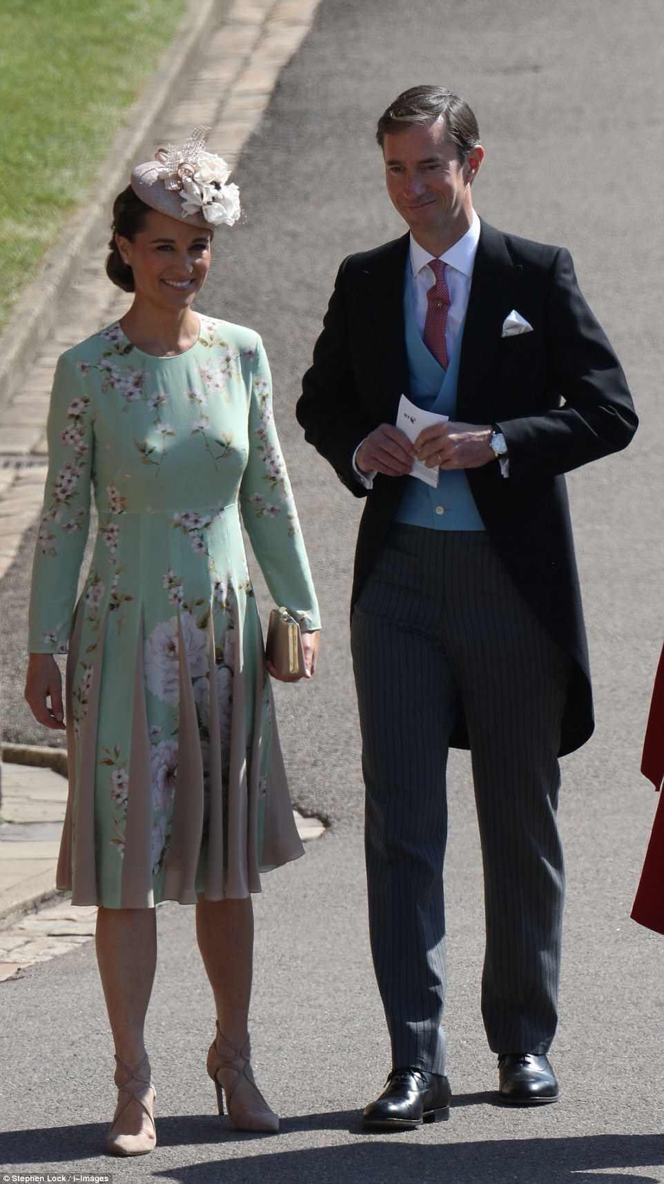 Grávida Pippa Middleton e seu marido James chegaram aos degraus da igreja logo após as 10h30.