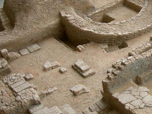 Figura 25. Palacio del Condestable. Cimientos de diferentes épocas y tumbas del siglo X.