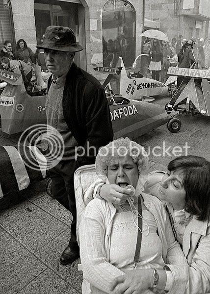 mulher mascarada de criança com chupeta na boca