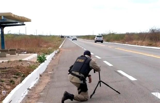 Policiais rodoviários federais estão utilizando radares móveis durante a Operação Rodovida (Foto: Reprodução/Inter TV Cabugi)