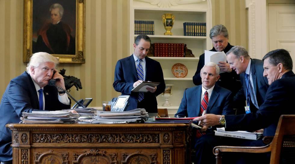 El Presidente Donald Trump, acompañado por Reince Priebus, Mike Pence, Steve Bannon, Sean Spicer y Michael Flynn, en el despacho Oval de La Casa Blanca en Washington, EE.UU.