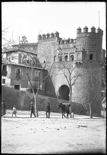 Puerta del Sol en 1907. Fotografía de Roy Lucien. Société Française d'Archéologie et Ministère de la Culture (France), Médiathèque de l'architecture et du patrimoine (archives photographiques) diffusion RMN