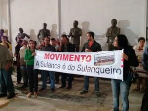 Sulanqueiros protestaram contra votação do projeto de transferência da Feira da Sulanca em Caruaru (Foto: Joalline Nascimento/G1)