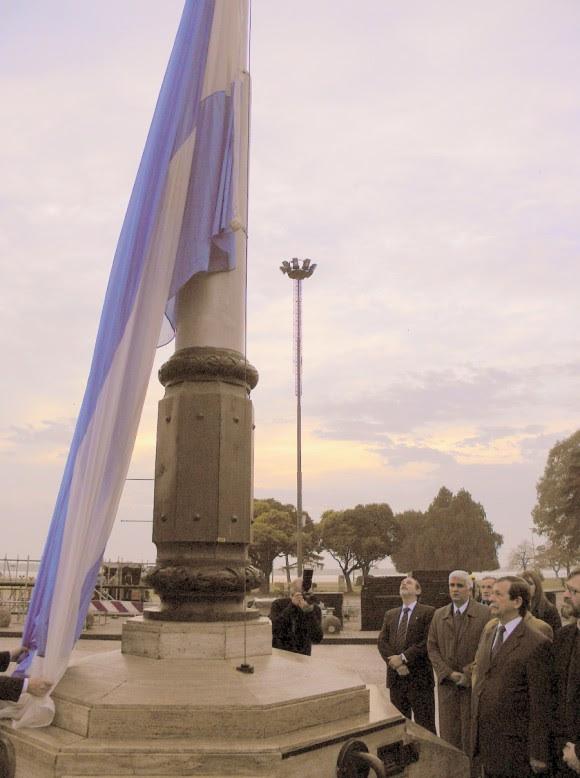 Bandera albiceleste que ondea en el mismo punto donde se izó el primer símbolo de la soberanía nacional el 27 de febrero de 1812.