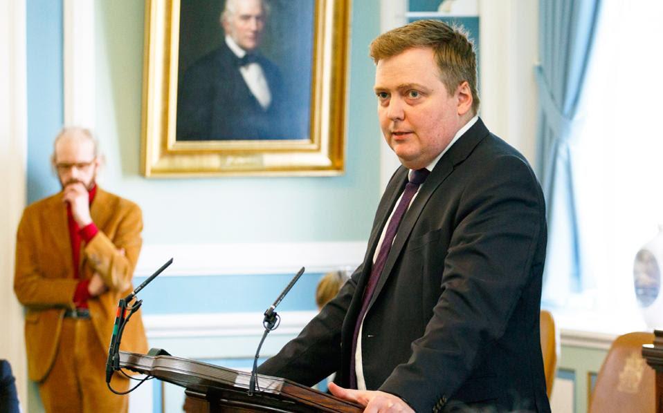 Ο Σίγκμουντουρ Γκουνλάουγκσον απευθύνεται χθες στην ισλανδική Bουλή, λίγο προτού παραιτηθεί από την πρωθυπουργία της χώρας.